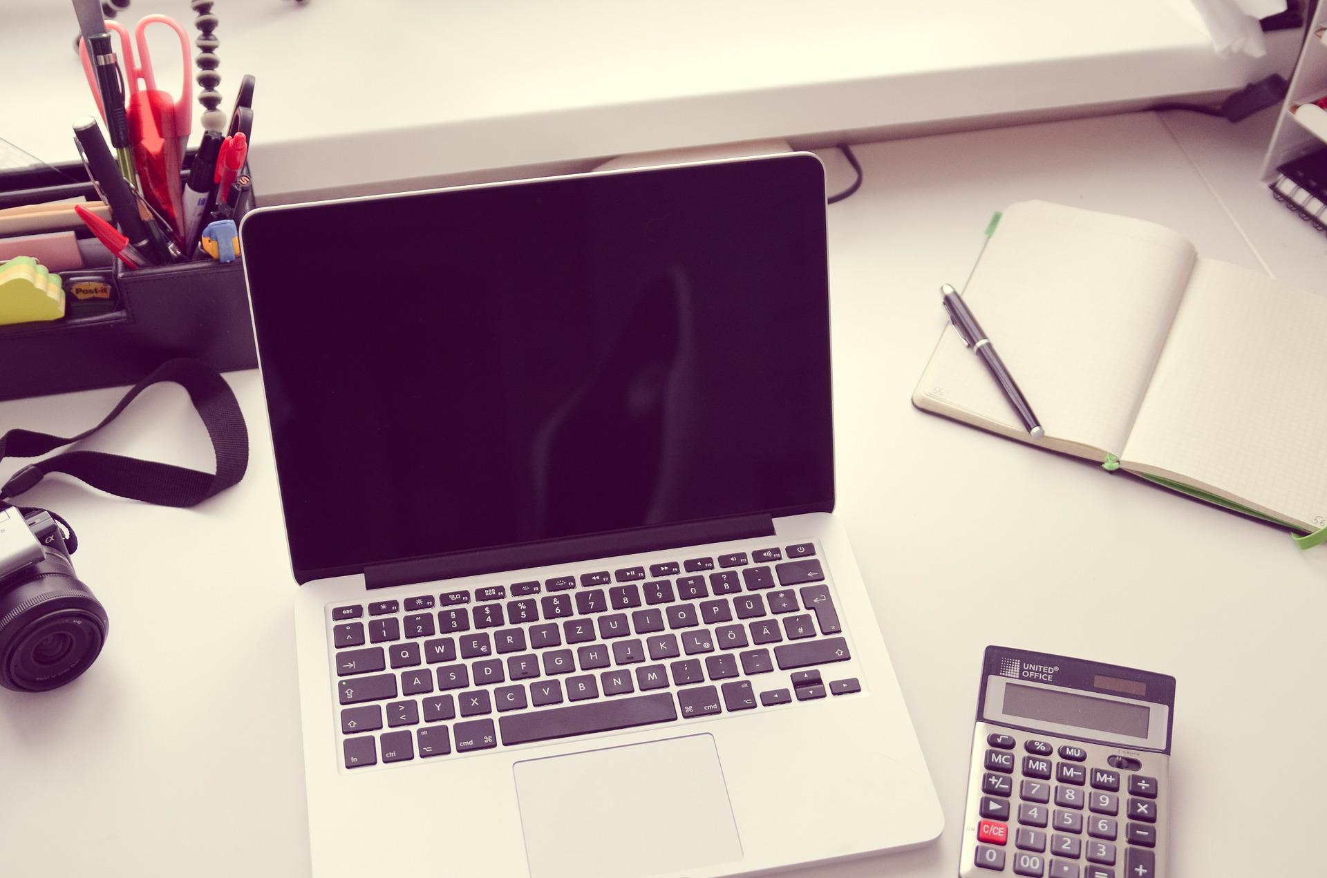 nettoyer son pc ordinateur portable sur bureau
